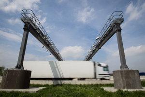 Firmy chcú uľahčiť kamionistom prejazd Európou, tlačia na spoločné mýto