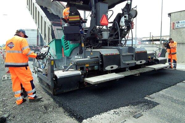 Vozovku začali asfaltovať minulú stredu.