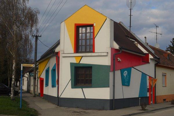 Zaujímavá fasáda  je inšpirovaná Pietom Mondrianom.