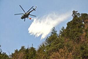 Pri požiaroch v nedostupnom teréne je veľkým pomocníkom vrtuľník.