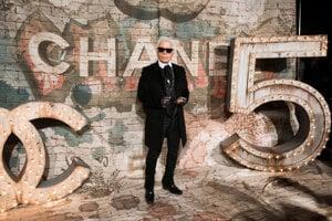 Návrhár Karl Lagerfeld je základným pilierom značky Chanel