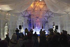 Návštevníci obdivujú hlavnú sieň a hlavný portál počas otvorenia Tatranského ľadového dómu 26. novembra 2015.