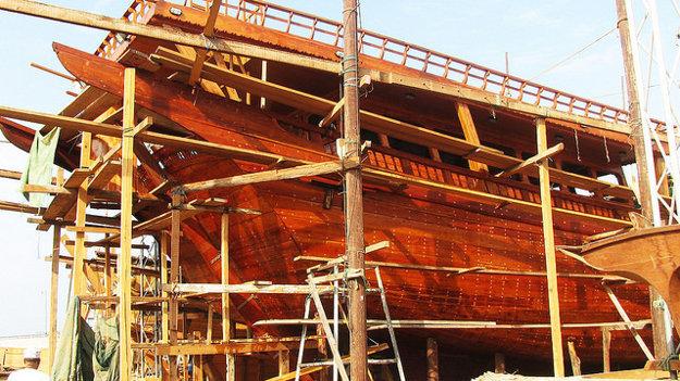 Stavba tradičnej drevenej arabskej lode dhow.