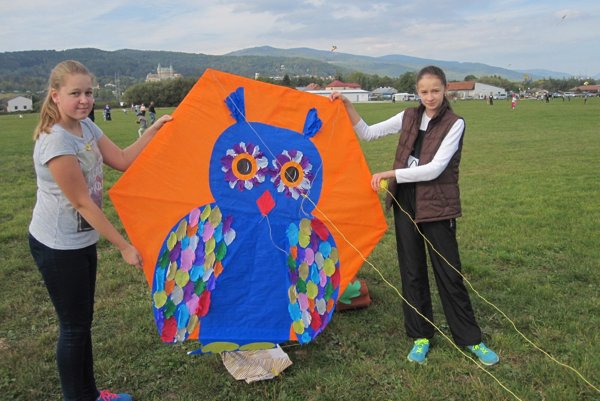 Veľkého draka so sovou púšťali spoločne Viktória Kuchárková a Miriam Brayerová.