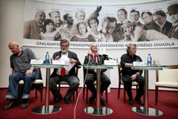 Zľava Vladimír Strnisko, Peter Dvorský, Ondrej Šoth a Vlastimil Harapes na včerajšej tlačovej besede nového vedenia Slovenského národného divadla.