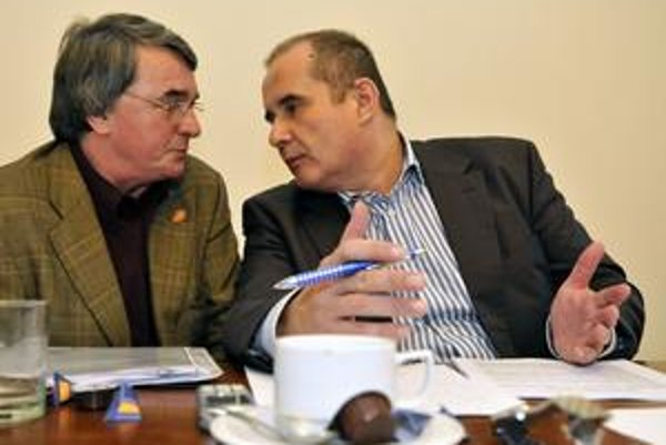 Predseda komisie Peter Kováč (vpravo) a Vlastimil Harapes na včerajšom konkurze. Víťaza nakoniec nevybrali.