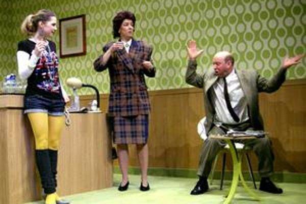 Riaditeľa Slovenského inštitútu, ktorý nevie po nemecky, si zahral Vlado Zboroň z bratislavského divadla SkRAT.