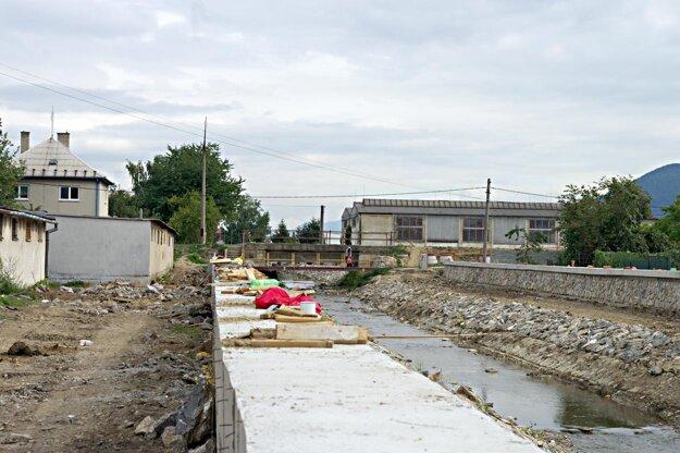 Zbúraný most. Kým nebude nový, cesta do mesta sa niektorým Sihoťanom poriadne predĺžila.