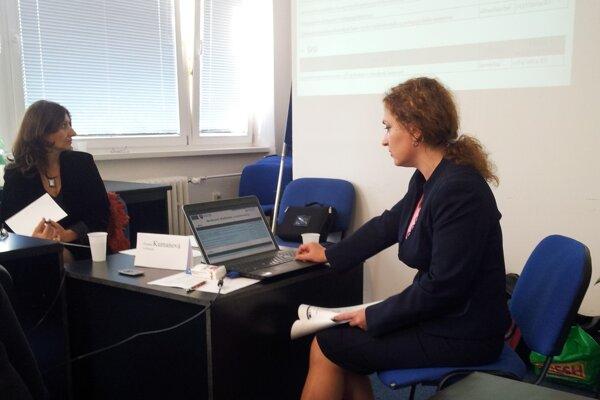 Štátna tajomníčka Romana Kanovská (vpravo) a moderátorka okrúhleho stola Zuzana Kumanová.