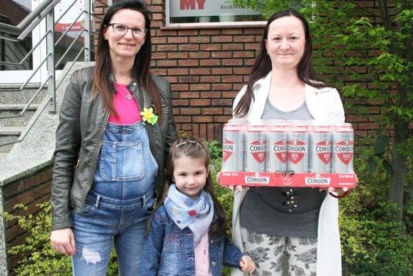 Pre kartón piva Corgoň si prišla víťazka 5. kola Janka Čambalová (vpravo) so sestrou Dankou a jej dcérou.