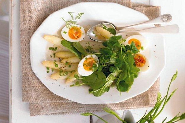 Špargľlový šalát s vajčíkom a špenátom