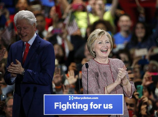 Hillary Clintonová sa s manželom teší z víťazstva v New Yorku.