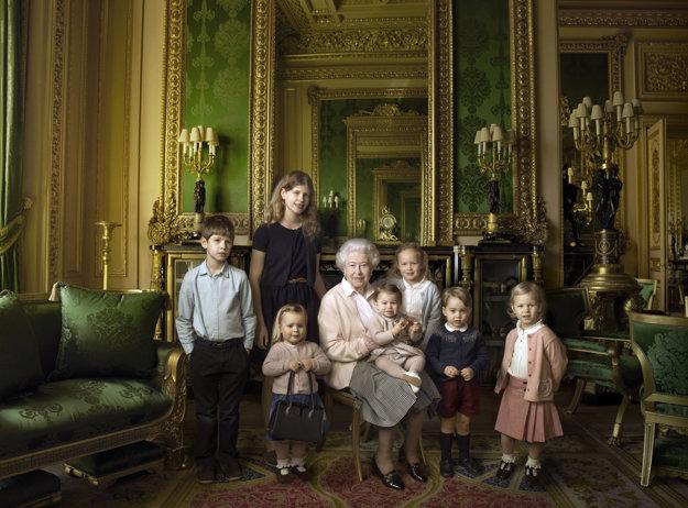 Fotografia vyhotovená pri príležitosti 90. narodenín kráľovnej Alžbety spolu s pravnúčatami.