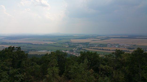 Za dobrého počasia vidieť z rozhľadne až na Kráľovu Hoľu či do Maďarska. Pohľad smerom na Malé a Veľké Teriakovce.