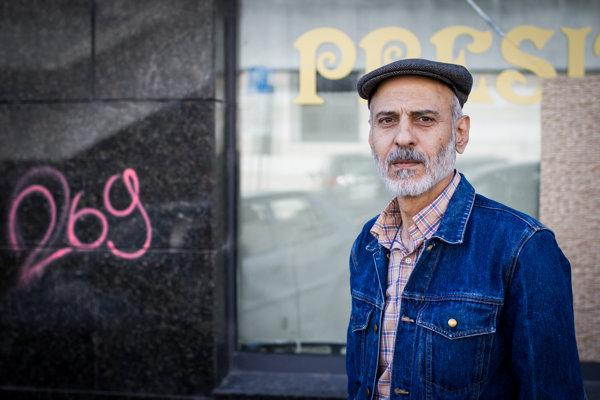 Mohammad Habeeb je vysokoškoský pedagóg aspisovateľ. Do arabčiny preložil diela T. S. Eliota, Ericha Fromma či Carla Gustava Junga. Spoluzakladal Výbor na obranu demokratických slobôd aľudských práv vSýrii, vroku 1991 sa na deväť rokov dostal do väzenia.