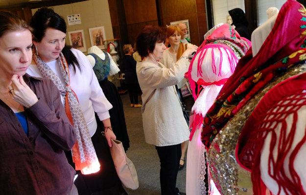 Súčasťou výstavy sú mužské aj ženské kroje z rôznych období. Na snímke vyšívané lajblíky.