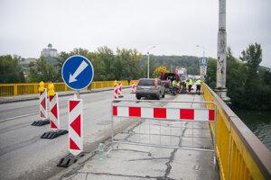 V sobotu začali práce na oprave cestného mosta v Trenčíne.