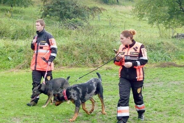 Psovodí záchranári z K7 predviedli ukážky práce v teréne.