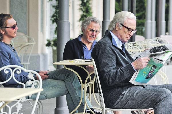 Paul Dano, Harvey Keitel a Michael Caine vo filme Mladosť.