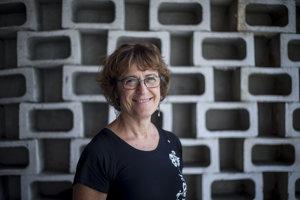 Kathy Kacer (61) je spisovateľka a detská psychologička. Narodila  v Toronte, kam jej rodičia emigrovali po druhej svetovej vojne. Ako prvú vydala v roku 1999 detskú knihu Tajomstvo príborníka, kde zachytila príbeh maminej rodiny. V slovenčine okrem nej vychádzajú aj knihy  Noční špióni a Kúzelník z Auschwitzu.
