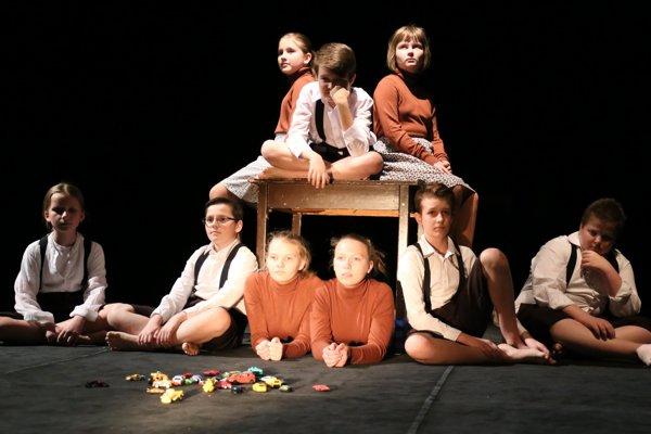 Detský divadelný súbor DRIM pri ZUŠ Jozefa Rosinského v Nitre s predstavením Pochovajte ma za lištu v réžii Marice Šiškovej.