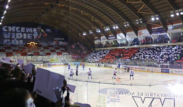 Banskobystrickí fanúšikovia hneď na úvod šiesteho zápasu pripravili veľmi peknú choreografiu.