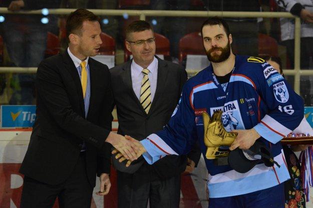 Hráč Nitry David Laliberté (vpravo) si prebral Zlatú korčuľu pre najužitočnejšieho hráča play off.