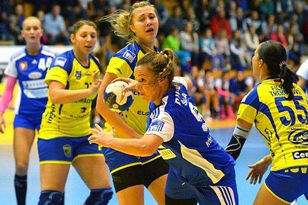 S loptou Barbora Königová zo Šale v zápase proti Michalovciam.