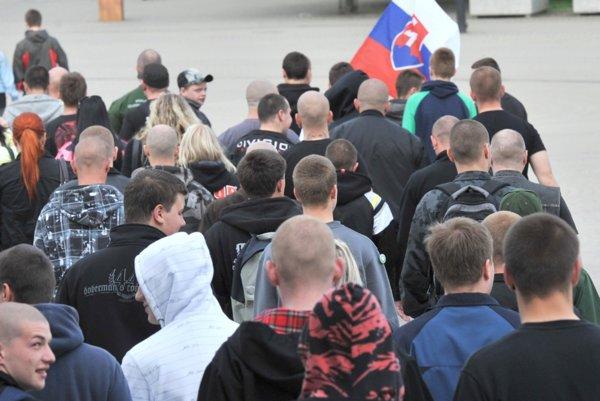 Pochod proti Rómom v roku 2011 v Žiline. Na námestí sa zhromaždilo viac ako 200 mladých prívržencov Ľudovej strany Naše Slovensko.