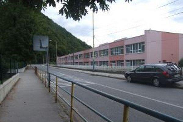 Rodičia by odstavný pruh pred školou uvítali.