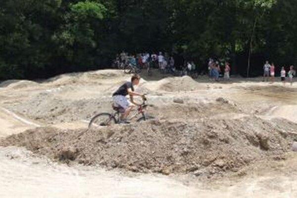 Nový pumptrack. Cyklisti si na ňom môžu natrénovať zdolávanie prekážok.