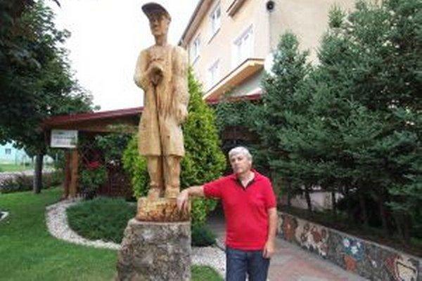 Novú sochu dal zhotoviť Augustín Šipikal.