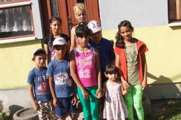 Anna sa stará o osem detí, z toho tri vlastné. Na fotografii chýba len najstaršia Scarlett.