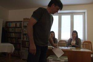 Iniciátor zmeny obecného erbu, Peter Krahulec, pri referendovej urne.