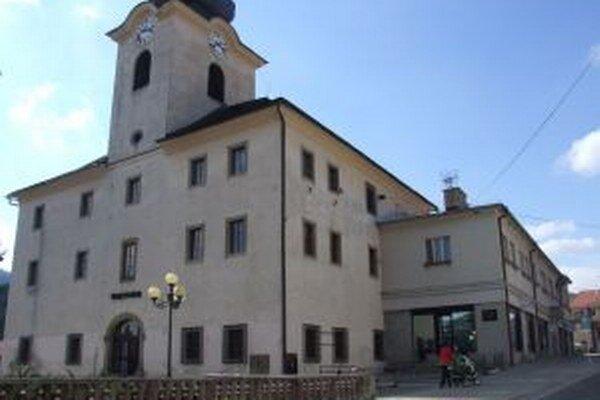 Historická radnica je prepojená s budovou mestského úradu.