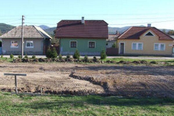 Projekt ihriska rozpracoval poslanec Marek Rakovský. Zahynul však skôr, ako ho stihol dokončiť.