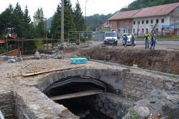 Kraj chce obnovu mosta stihnúť do konca roka, či to dodáveteľ stihne, nie je jasné.