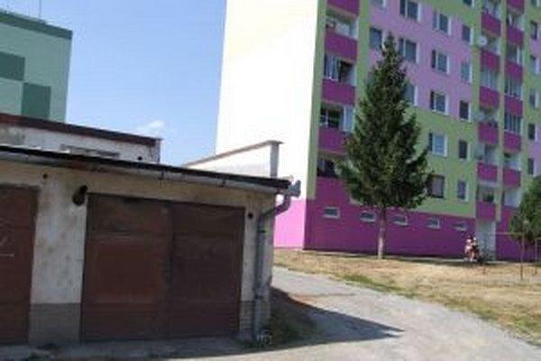 Za touto bytovkou by mali pribudnúť ďalšie štyri garáže. Niektorí obyvatelia sú proti.