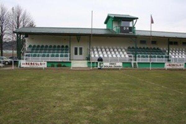 Brány futbalových štadiónov sa cez víkend definitívne otvoria.