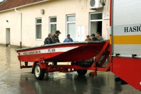 Hasičom v minulosti chýbal aj čln na evakuáciu. Jeden dostali, ďalší by mal v ich výbave ešte len pribudnúť.