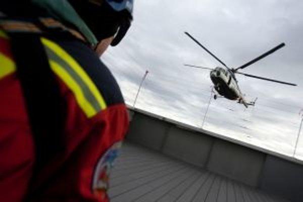Mladého lyžiara zachraňoval vrtuľník.