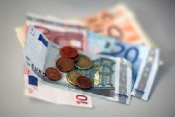 Pri sumách do tristo eur možno platiť aj v hotovosti. Umožňuje to zákon o správnych poplatkoch.