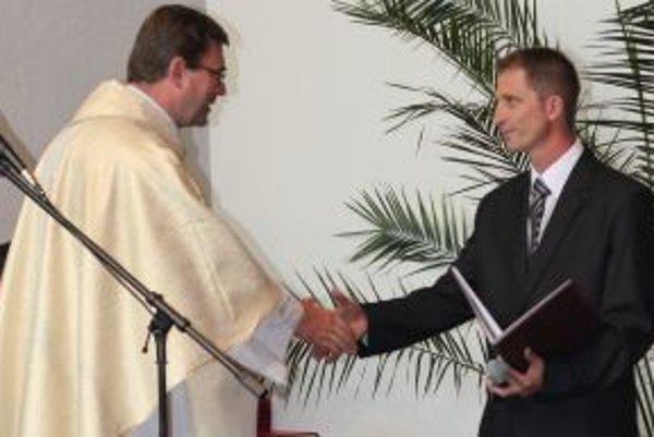Dekrét o čestnom občianstve biskupa Rudolfa Baláža odovzdal starosta Nevoľného, Štefan Henžel, do rúk administrátora Banskobystrickej diecézy Mariána Bublinca.