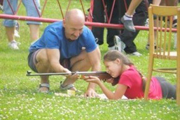 Deťom pri streľbe pomáhali dospelí.