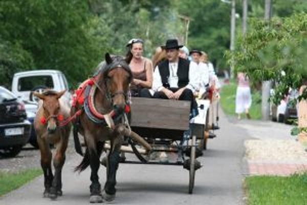 Koč ťahaný koňmi. Odviezol sa v ňom aj starosta Milan Mokrý.