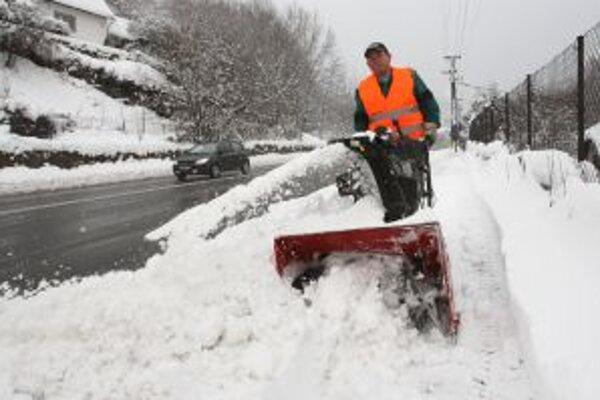 V Kremnici a v okolí sa sneh kopil na cestách aj na chodníkoch.