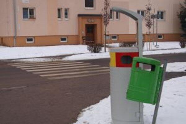 Súčasťou odpadového projektu bola aj výmena smetných košov v uliciach mesta za nové nádoby určené na separovanie.