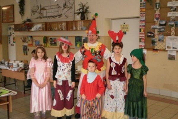 Vo fašiangových maskách. Vo Svätom Antone ich s deťmi vyrábajú v tvorivých dielňach.