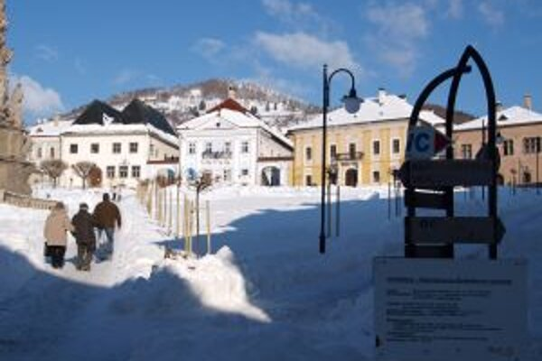 Štefánikovo námestie v Kremnici slúži sánkarom aj ako stavenisko.