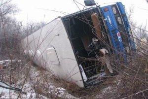 Autobus sa po zrážke prevrátil
